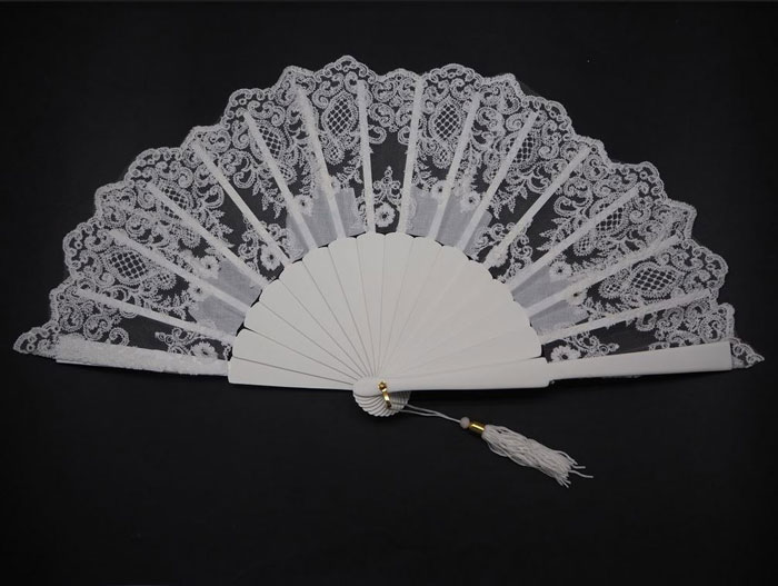 Ivory bridal tapered lace fan. Ref. 1330