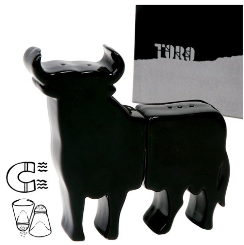 Salt and pepper set in shape of Bull with magnet